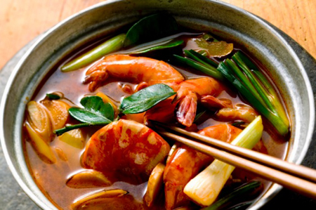 Shrimp soup with spring onions (Thailand)