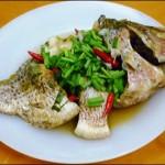 Đổi vị với cách làm niêu cá diếc nấu hành ngon tê tái cả người